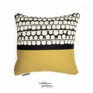 Funzionale e decorativo il cuscino in tessuto CQ disegno bouclè, la sua doppia faccia permette la facilità di abbinamento